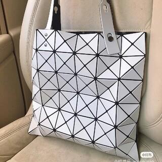 イッセイミヤケ(ISSEY MIYAKE)のlssey miyakeイッセイ三宅一生6格新品の女性バッグ(ハンドバッグ)