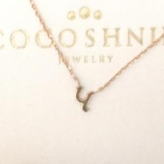 ココシュニック(COCOSHNIK)のココシュニックイニシャルネックレス(ネックレス)