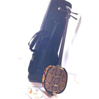 【定価5万円程】本蛇皮張り三線 専用ケース他3点付き【美品】(三線)