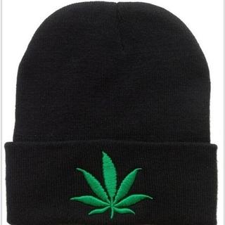 新品 マリファナ柄 大麻柄 リーフ刺繍 ニット帽 オールシーズン 残りわずか!(ニット帽/ビーニー)