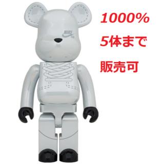 メディコムトイ(MEDICOM TOY)の(佐渡さん)BE@RBRICK NIKE SB 2020 WHITE 1000%(その他)