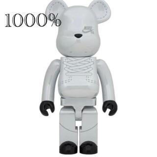 メディコムトイ(MEDICOM TOY)のBE@RBRICK NIKE SB 2020 WHITE 1000%(キャラクターグッズ)