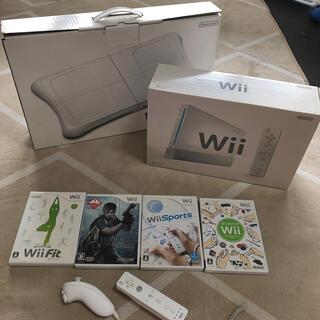 ウィー(Wii)のWii +Wii Fit +2台目コントローラー&ヌンチャクセット+ソフト4本(家庭用ゲーム機本体)