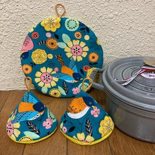 ストウブ(STAUB)のストウブ20センチ鍋敷と三角鍋つかみ 北欧バードターコイズ(収納/キッチン雑貨)