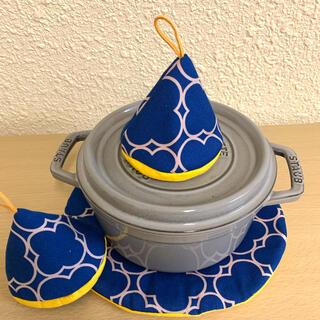 ストウブ(STAUB)の在庫最後ストウブ24センチ鍋敷と三角鍋つかみセット(収納/キッチン雑貨)
