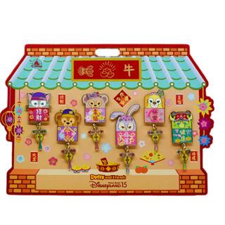 ダッフィー(ダッフィー)の香港ディズニー新商品 ダッフィーフレンズ 春節ピン6個セット(キャラクターグッズ)