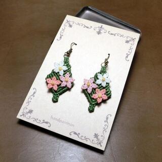 花のマクラメピアス F-011 ピンク3色の花 macrame(ピアス)
