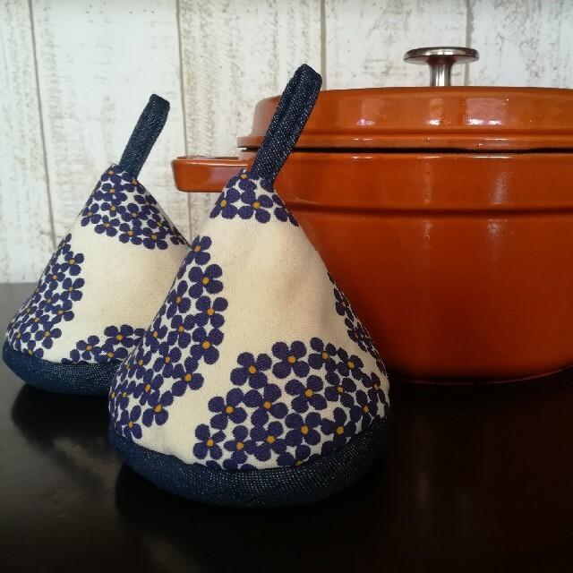 STAUB(ストウブ)の三角鍋つかみ(2セット) グリーン&花柄ホワイト  ハンドメイドの生活雑貨(キッチン小物)の商品写真