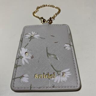 スナイデル(snidel)の新品!スナイデル 花柄 カードケース 淡いピンク系(パスケース/IDカードホルダー)
