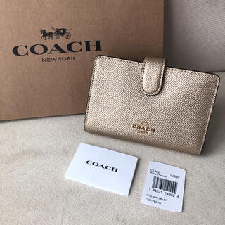 コーチ(COACH)の2020年秋冬新作★新品 COACH コーチ 二つ折り財布 ゴールド (財布)