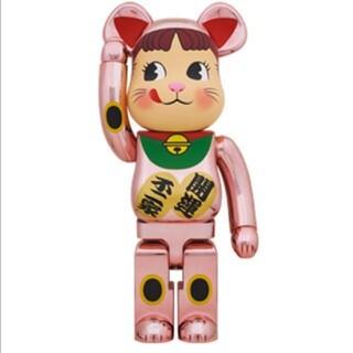 BE@RBRICK 招き猫 ペコちゃん 桃金メッキ 1000%(フィギュア)