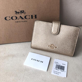 コーチ(COACH)の2020年秋冬新作★新品 COACH 二つ折り財布 メタリックペールゴールド(財布)