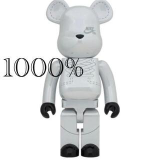 メディコムトイ(MEDICOM TOY)のBE@RBRICK NIKE SB 2020 WHITE 1000%  (キャラクターグッズ)