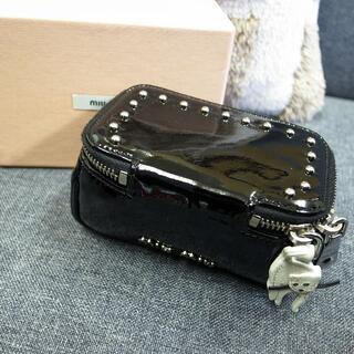 miumiu - 正規品☆ミュウミュウ ポーチ 黒 エナメル スタッズ 猫 バッグ 財布 小物