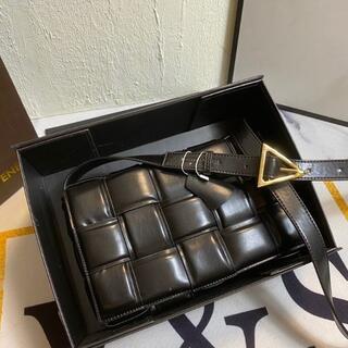 ボッテガヴェネタ(Bottega Veneta)の【BOTTEGA VENETA】新品未使用 パデッド カセットバッグ(メッセンジャーバッグ)