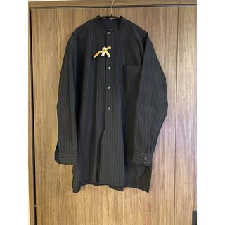 コモリ(COMOLI)のCOMOLI(コモリ)バンドカラーシャツ チョークストライプ size2(シャツ)