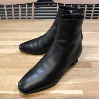 サルヴァトーレフェラガモ(Salvatore Ferragamo)の新品同様 フェラガモ フラワーヒール ショートブーツ 7.5 25cm 黒 金(ブーツ)