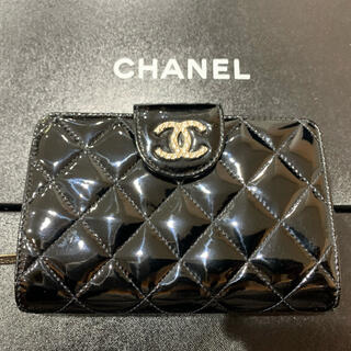 シャネル(CHANEL)の美品 定価9.3万 シャネル パテントレザー ココマーク 2つ折 財布 黒 (財布)