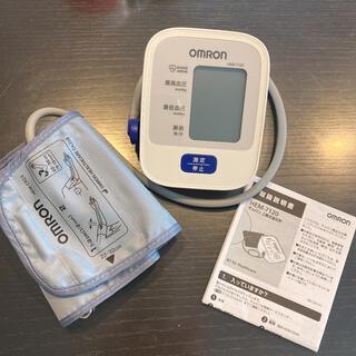 オムロン(OMRON)の美品 オムロン 血圧計 上腕式 HEM-7120(ボディケア/エステ)
