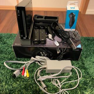 ウィー(Wii)のWii本体+ソフト2本 コントローラー&ヌンチャク【匿名配送】(家庭用ゲーム機本体)