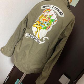 ロデオクラウンズ(RODEO CROWNS)の春ロデオRODEOワッペン付きミリタリーシャツジャケットMカーキ (ミリタリージャケット)