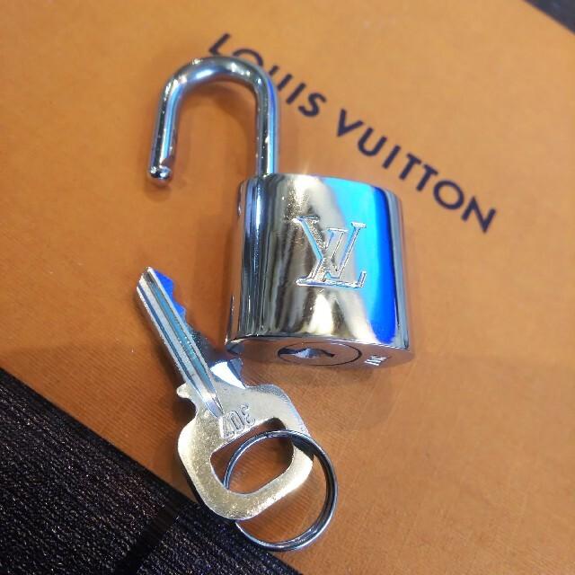 LOUIS VUITTON(ルイヴィトン)のシルバー Louis Vuitton パドロック 南京錠 カデナ ルイヴィトン レディースのファッション小物(キーホルダー)の商品写真