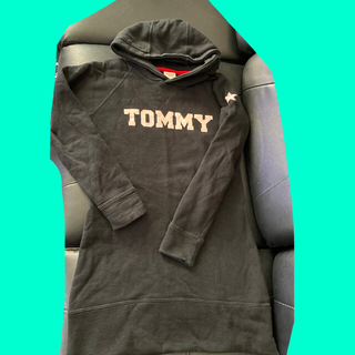 トミーヒルフィガー(TOMMY HILFIGER)のトミーヒルフィガージャパン黒パーカーワンピースフードミニロゴスキニーパンツと星柄(ミニワンピース)