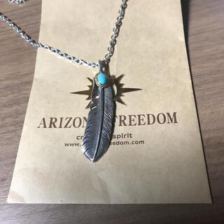 アリゾナフリーダム(ARIZONA FREEDOM)のアリゾナフリーダム金縄ターコイズ付きフェザー70ミリ(ネックレス)