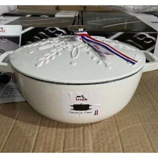 ストウブ(STAUB)の鋳鉄STAUBエナメル鍋 24cm 浮き雕り雪花鍋(食器)