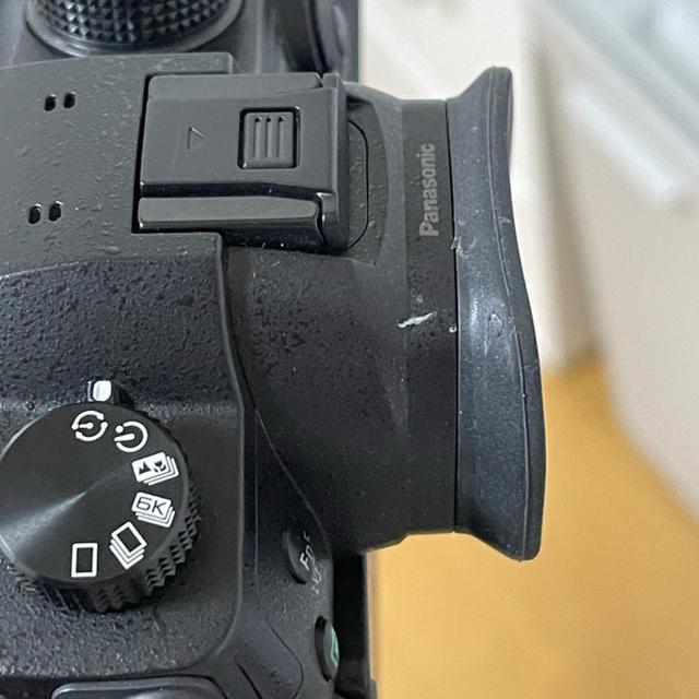 Panasonic(パナソニック)のパナソニックDC-GH5レンズキット 【純正おまけ】予備バッテリー+チャージャー スマホ/家電/カメラのカメラ(デジタル一眼)の商品写真