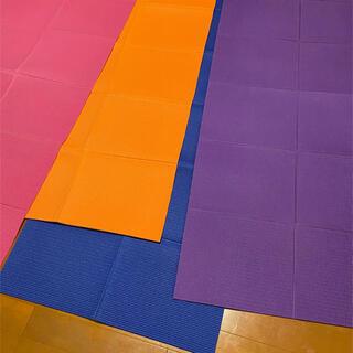 写真の折りたためるヨガマット4本セット(色: ピンク・青・紫・オレンジ) (ヨガ)