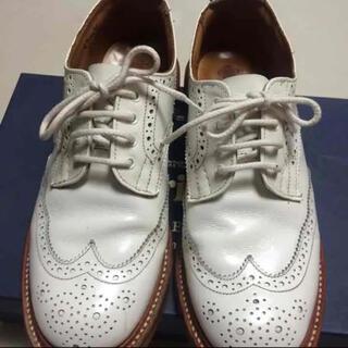 トリッカーズ(Trickers)のTricker'sウィングチップシューズレディース  白  美品(ローファー/革靴)