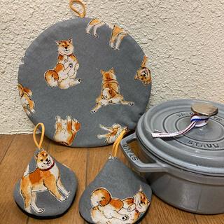 ストウブ(STAUB)のストウブ24センチ鍋敷と三角鍋つかみ ゴロゴロ芝犬ちゃん(収納/キッチン雑貨)