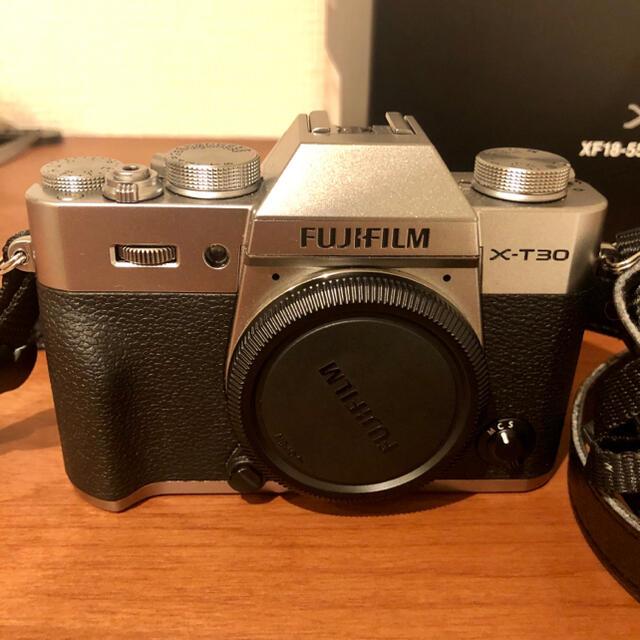 富士フイルム(フジフイルム)のFUJIFILM x-t30 本体 シルバー スマホ/家電/カメラのカメラ(コンパクトデジタルカメラ)の商品写真