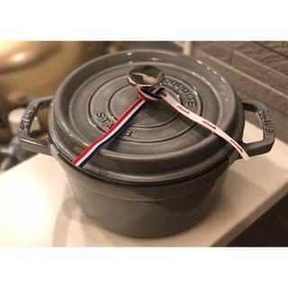 ストウブ(STAUB)の箱付き ストウブ staub ピコ ココット ラウンド 20センチ グレー(調理道具/製菓道具)