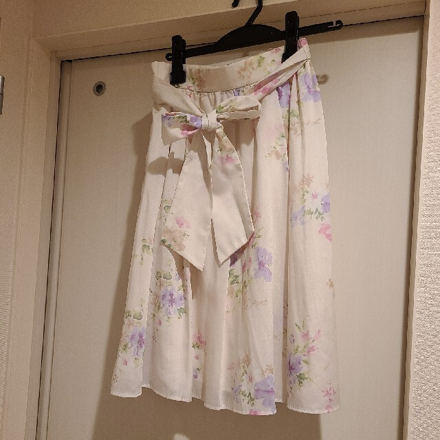 Debut de Fiore(デビュードフィオレ)のデビュードフィオレ新品タグ付き フラワースカート レディースのスカート(ひざ丈スカート)の商品写真