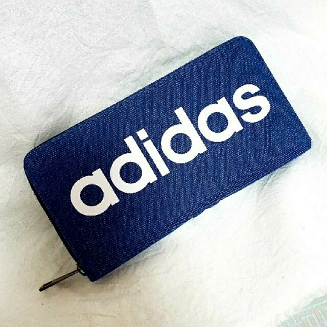 adidas(アディダス)のadidas デニム ラウンドファスナー 長財布 ウォレット bigロゴ レディースのファッション小物(財布)の商品写真