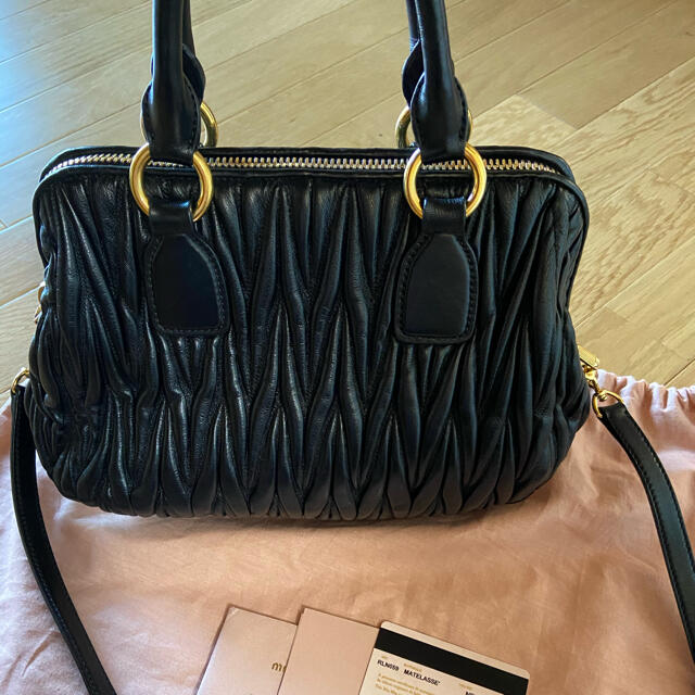 miumiu(ミュウミュウ)のmiumiu マトラッセ バッグ お値下げ不可 レディースのバッグ(ショルダーバッグ)の商品写真