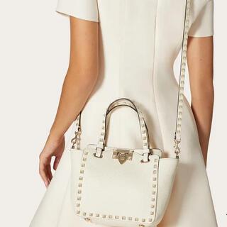 ヴァレンティノ(VALENTINO)の新品同様バレンチノVALENTINEロックスタッズグレインカーフスキンミニバッグ(ハンドバッグ)