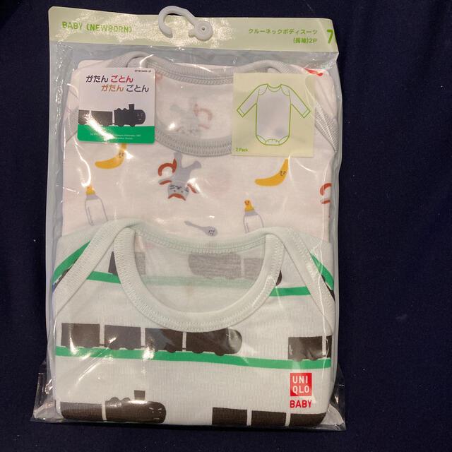 UNIQLO(ユニクロ)の新品激安ユニクロクルーネックボディースーツ長袖がたんごとんがたんごとんサイズ70 キッズ/ベビー/マタニティのベビー服(~85cm)(肌着/下着)の商品写真