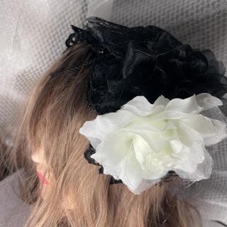 ヘッドドレス カチューシャ モノクロ 花 ゴスロリ(カチューシャ)