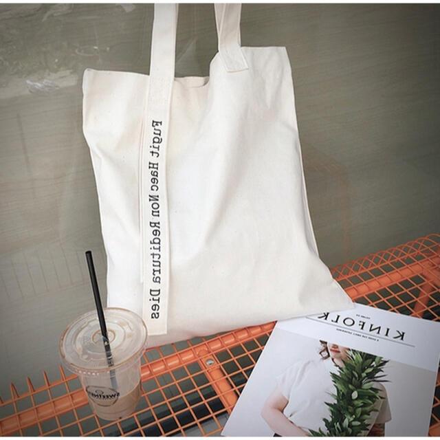 dholic(ディーホリック)のメッセージトートバッグ ホワイト ロゴ ナチュラル 無地 白 黒 キャンバス レディースのバッグ(トートバッグ)の商品写真