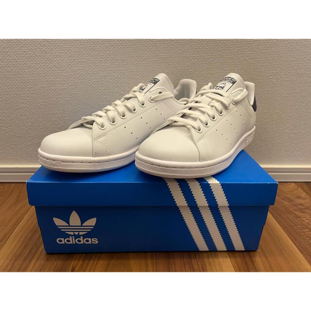 adidas(アディダス)の新品 アディダス スタンスミス ヴィーガン ホワイト/ネイビー 24.0cm レディースの靴/シューズ(スニーカー)の商品写真