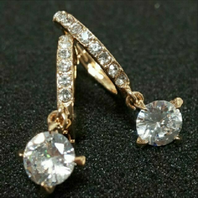 SWAROVSKI(スワロフスキー)のh13🌸カレンジュラ🌸揺れる 4本爪 ダイヤモンドCZ フープ ピアス レディースのアクセサリー(ピアス)の商品写真