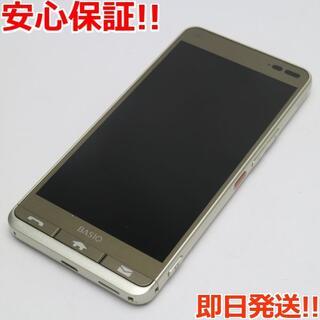 キョウセラ(京セラ)の美品 KYV43 ゴールド 本体 白ロム (スマートフォン本体)