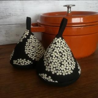 ストウブ(STAUB)の✧三角鍋つかみ✧『花柄ブラック』(キッチン小物)
