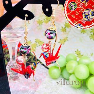 友禅和紙【赤 手毬和柄】折り鶴と〈黒〉花柄とんぼ玉の和風ピアス イヤリング(ピアス)
