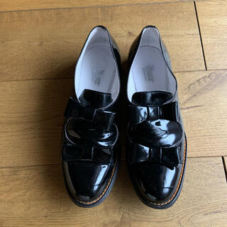 アトリエドゥサボン(l'atelier du savon)のla TENACE ラテナーチェ エナメルリボンパンプス 36 ブラック(ローファー/革靴)