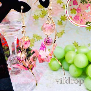 友禅和紙【桃色 桜和柄】折り鶴と〈発光 桃〉花柄とんぼ玉の和風ピアス イヤリング(ピアス)
