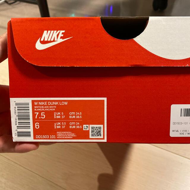 NIKE(ナイキ)のNIKE WMNS DUNK LOW white/black 24.5cm レディースの靴/シューズ(スニーカー)の商品写真